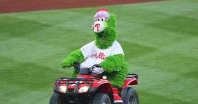"【MLB】敵軍のヘルメットを粉々に… ""狂気のマスコット""の過激すぎる行動に選手ドン引き"
