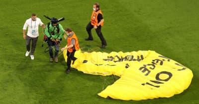 """EURO2020の""""パラシュート乱入者""""、「狙撃される寸前」だった"""