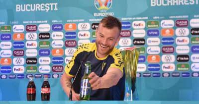 ロカテッリとヤルモレンコ、記者会見のコーラとビールで遊ぶ