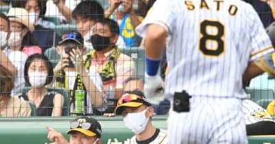 阪神・佐藤輝の4打席目はストレートの四球 代走・熊谷もサンズは右飛