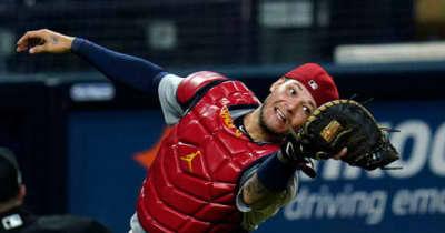 """【MLB】投球より速い捕手の""""膝立ちキャノン"""" 38歳の鬼肩は「本物のエイリアン」"""