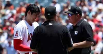 【MLB】大谷翔平、初の粘着物質検査に笑顔 帽子を渡してベルト外す、本拠地ブーイング