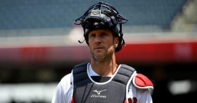 """【MLB】捕球と同時に投げてる? """"瞬間膝立ちキャノン""""が「常軌を逸している」"""