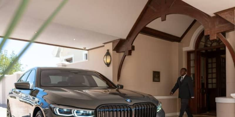 BMW 7シリーズ PHV、自然保護を訴えるワンオフに…高級ホテルが送迎車に導入