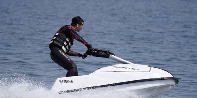 「立てない!曲がれない!」二輪ライターも悲鳴を上げた、立ち乗り水上バイク「スーパージェット」の奥深さとは
