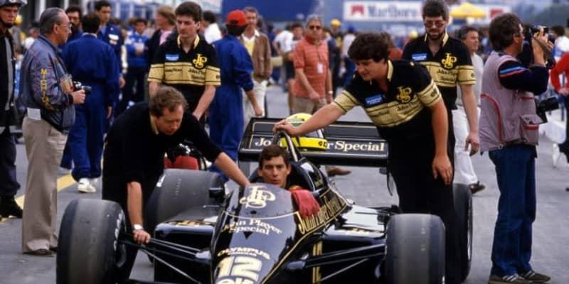 F1アーティストのポール・オズ、アイルトン・セナ初優勝を偲ぶブロンズ像を発表