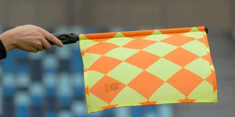 旗の代わりに「ハンガーとベビー服」でジャッジした副審が話題