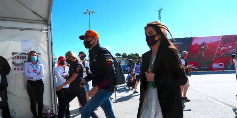 【あなたは何しに?】元F1王者ピケの娘ケリー。フェルスタッペンとともにサーキットに登場