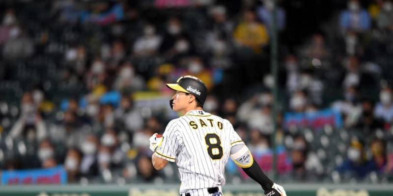 阪神4番・佐藤輝お披露目打 有観客再開初陣で魅せた!中前打で16戦連続出塁