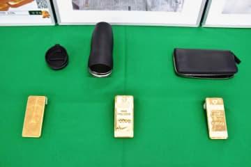 宮崎空港に密輸された金塊3キロと、金塊が隠されていた水筒など=28日午後、宮崎南署