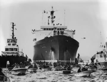 抗議船団が阻止行動をする中、佐世保港に入る原子力船むつ=1978年10月16日