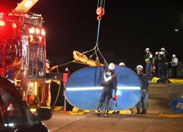 転落現場で救出活動にあたる消防隊員ら=31日午前2時40分ごろ、三崎港