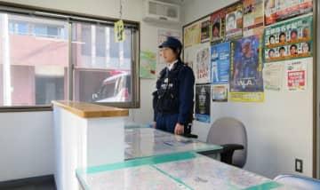 執務机の前に設置された天板付き防護壁。不審者が乗り越えにくい構造で交番勤務員の安全を確保する=横浜市南区の南署浦舟町交番