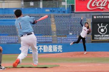 美しき「野球女子」坪井ミサトが笑顔で魅了 岩村氏との1打席対決に勝利