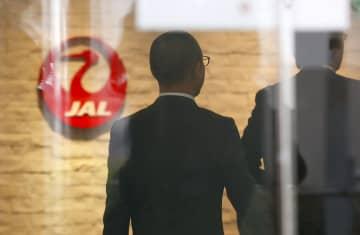 パイロットによる飲酒不祥事で、日本航空の事務所に立ち入り検査に入る国交省の職員=27日午前10時1分、羽田空港