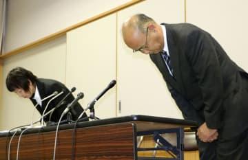 記者会見で謝罪する愛媛県立松山商業高の宮部隆彦校長(右)=27日午後、松山市