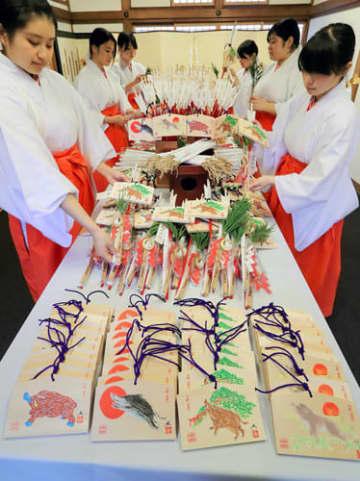 新年に向け、絵馬や守矢を組み合わせた「福かさね」をつくる神楽女たち(3日午後1時9分、京都市伏見区・伏見稲荷大社)