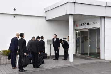 日本エアコミューター本社に立ち入り検査に入る国土交通省大阪航空局の担当者ら=6日午後0時55分、鹿児島県霧島市