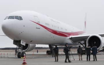 報道陣に公開された新政府専用機ボーイング777―300ER=6日午後、航空自衛隊千歳基地