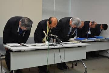 記者会見で教員不祥事を報告し陳謝する県教委幹部ら=千葉県庁
