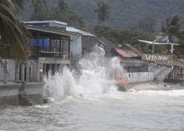 台風1号の影響で、タイ南部サムイ島の岸壁に打ち付ける波=4日(共同)