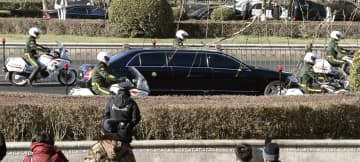 北京駅を出発した、北朝鮮の金正恩朝鮮労働党委員長を乗せたとみられる車両=8日(共同)