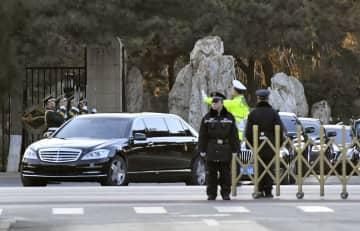 北京の釣魚台迎賓館を出る、北朝鮮の金正恩朝鮮労働党委員長を乗せたとみられる車=8日(共同)