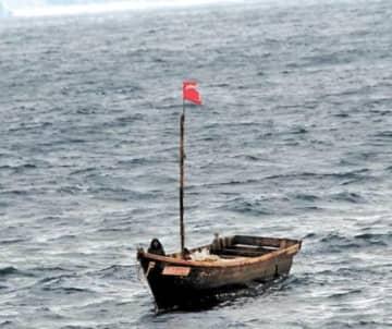北朝鮮からとみられる2人が乗っていた木造船=青森県深浦町沖(第2管区海上保安本部提供)