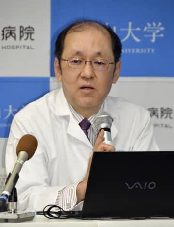 記者会見で新療法について説明する岡山大の藤原俊義教授=岡山市