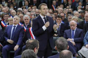 15日、フランス北部グランブールテルルドで開かれた「国民大討論」で演説するマクロン大統領(AP=共同)