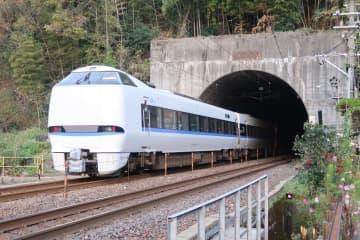 大阪や名古屋と北陸を結ぶ特急が頻繁に行きかう