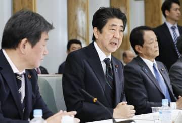 経済財政諮問会議であいさつする安倍首相=18日午前、首相官邸