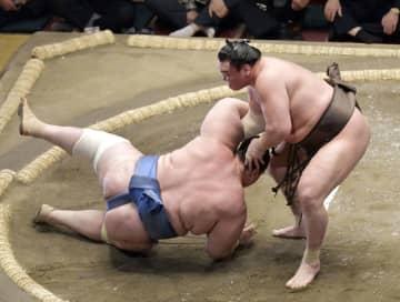 白鵬(右)が下手出し投げで碧山を下す=両国国技館