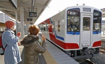 JR山田線の試運転で、陸中山田駅を出発する車両を見送る人たち=28日午前