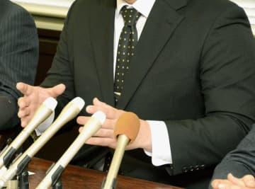 記者会見する、停職6カ月の懲戒処分を不服として愛知県人事委員会に審査を申し立てた県警中署の巡査部長=29日午前、名古屋市