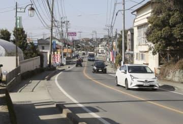 防災機能の強化を目指し4車線化に向けた工事が行われる熊本県益城町内の県道=29日午前