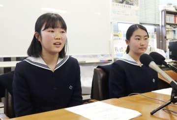 オスロ訪問について記者会見する中村涼香さん(左)と山口雪乃さん=30日午後、長崎市