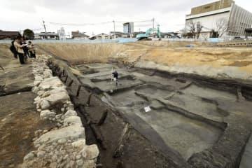 高槻城跡で見つかった障子堀。左は石垣の一部=大阪府高槻市