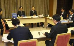 神戸市職員労働組合のヤミ専従問題に関する最終報告書について話し合う第三者委員会の委員ら=31日午前、神戸市役所(撮影・辰巳直之)