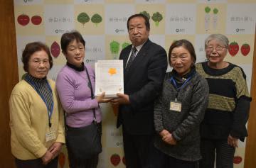 岸田一夫市長(中央)に署名簿を手渡す「東海第二原発を動かさず子どもの未来を守る鉾田主婦の会」のメンバーたち=鉾田市役所