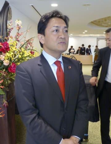 記者団の取材に応じる国民民主党の玉木代表=2日午前、奈良市