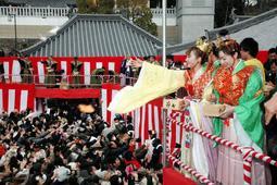 観音菩薩を装い、笑顔で豆をまくタカラジェンヌら=宝塚市中山寺2