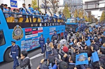 多くの市民が沿道に詰め掛けた川崎フロンターレの優勝パレード。全国的な知名度に期待し、ふるさと納税対策で川崎市が連携を模索する