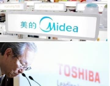 上は中国・南京の家電売り場の美的集団の看板(共同) 下は2017年の東芝・綱川智社長(当時)の記者会見