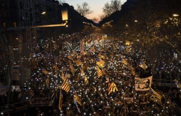 16日、スペイン・バルセロナで、旗を振って抗議するカタルーニャ独立派のデモ参会者ら(AP=共同)