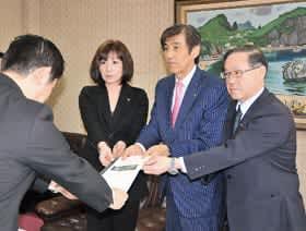 青山市長に提案書を手渡す栗林会頭(中央)、菅原座長(左)、山下政策委員長