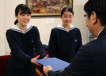 田上市長から親書を託される中村さん(左)と山口さん=長崎市役所