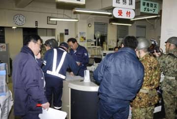 震度6弱の地震があった北海道厚真町の役場で、対応に追われる町職員ら=21日午後11時20分ごろ