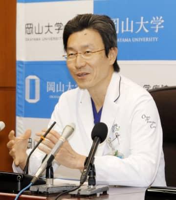 岡山大病院で100例目となる脳死肺移植手術を終え、記者会見する臓器移植医療センターの大藤剛宏教授=23日午後、岡山市