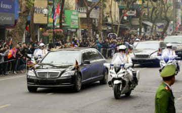 ハノイ市内を走行する北朝鮮の金正恩朝鮮労働党委員長の車列=26日(共同)